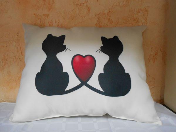 Снимка на Декоративна възглавница - Котки Любов 7