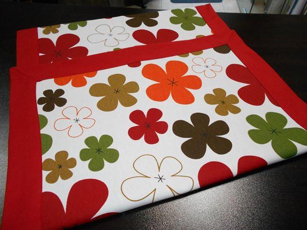 Picture of Декоративна лента за маса - Цветя в два цвята - червено и лила